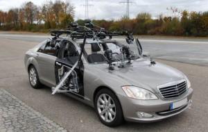 Versuchsfahrzeug für Probandentests - Ein System zur Erfassung der Insassenkinematik ist auf dem Fahrzeug montiert