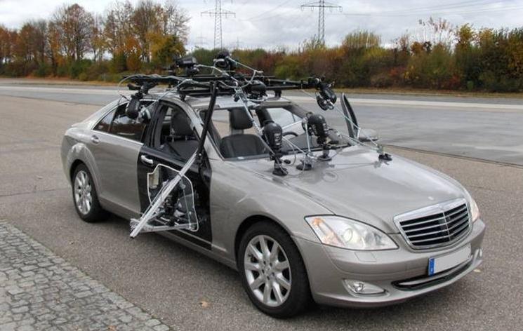Versuchsfahrzeug für Probandentests – Ein System zur Erfassung der Insassenkinematik ist auf dem Fahrzeug montiert