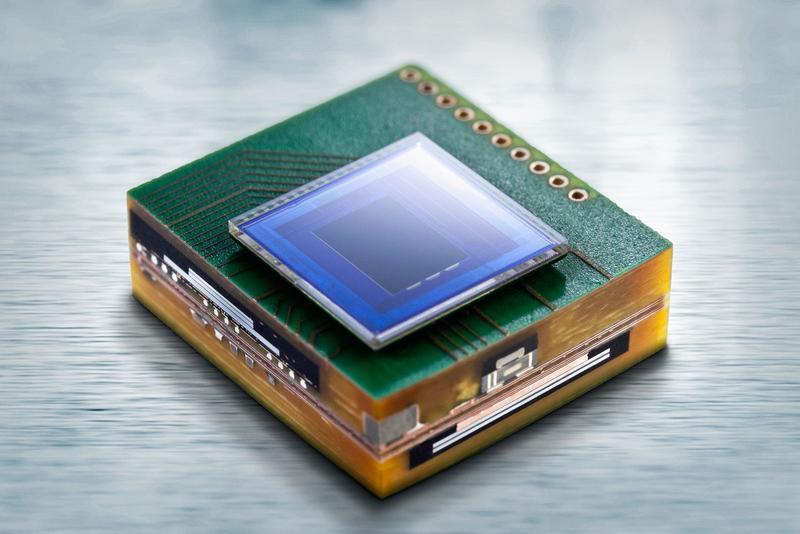 Das Mikrokameramodul im Querschnitt mit dem auf der Leiterplatte montierten Imagesensor. Bild: Fraunhofer IZM