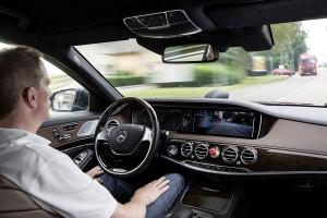 Der Fahrer der Mercedes S-Klasse konnte die Hände auf den rund 100 Kilometern zwischen Mannheim nach Pforzheim beruhigt in den Schoß legen. Bild: Daimler