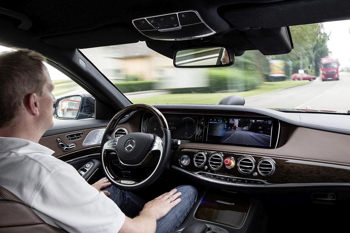 Der Fahrer der Mercedes S-Klasse konnte die Hände auf den rund 100 Kilometern zwischen Mannheim nach Pforzheim beruhigt in den Schoß legen Bild Daimler