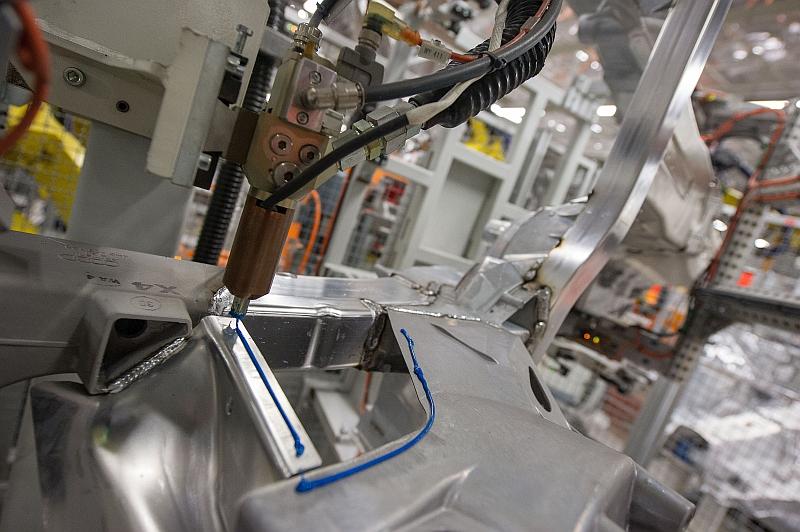 Zur sogenannten kalten Verbindungstechnik gehört das Kleben. Bei Neuwagen liegt der Gewichtsanteil von Klebstoffen heute durchschnittlich zwischen 15 Kilogramm und 18 Kilogramm.  Bild Audi