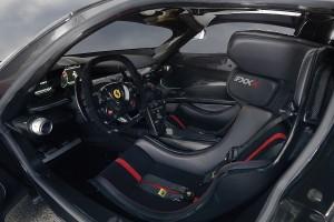 Der Ferrari FXX K hat das Cockpit eines Rennwagens. Ist auch logisch - Denn dieser Super-Sportwagen hat keine Straßen-Zulassung und darf lediglich auf der Rennstrecke sein Unwesen treiben