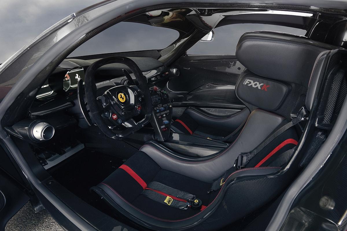 Der Ferrari FXX K hat das Cockpit eines Rennwagens. Ist auch logisch – Denn dieser Super-Sportwagen hat keine Straßen-Zulassung und darf lediglich auf der Rennstrecke sein Unwesen treiben