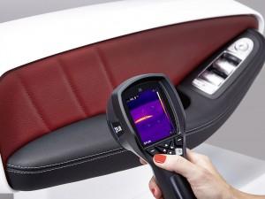Die neue beheizbare Armauflage von Yanfeng Automotive Interiors folgt dem Prinzip der Flächenheizung. Die Wärmebildkamera gibt Aufschluss über die Wärmeentwicklung.