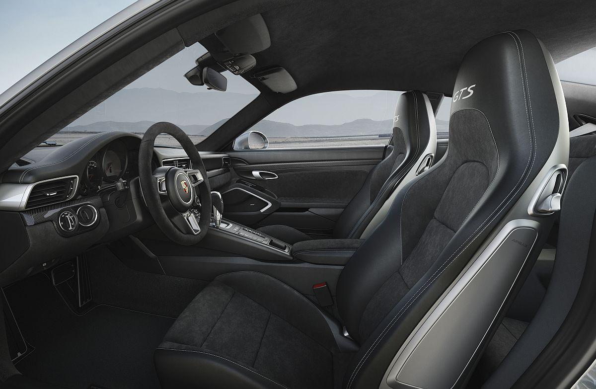 porsche-911-carrera-4-gts-cockpit
