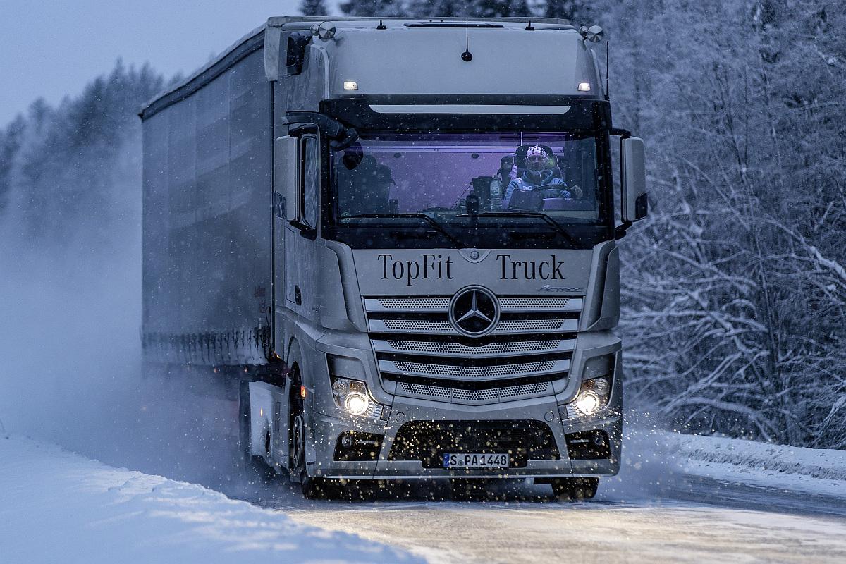 Daimler Trucks Tests mit künstlichem Tageslicht im LKW-Fahrerhaus