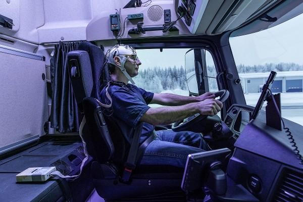 Daimler Trucks Tests mit künstlichem Tageslicht im LKW-Fahrerhaus 3