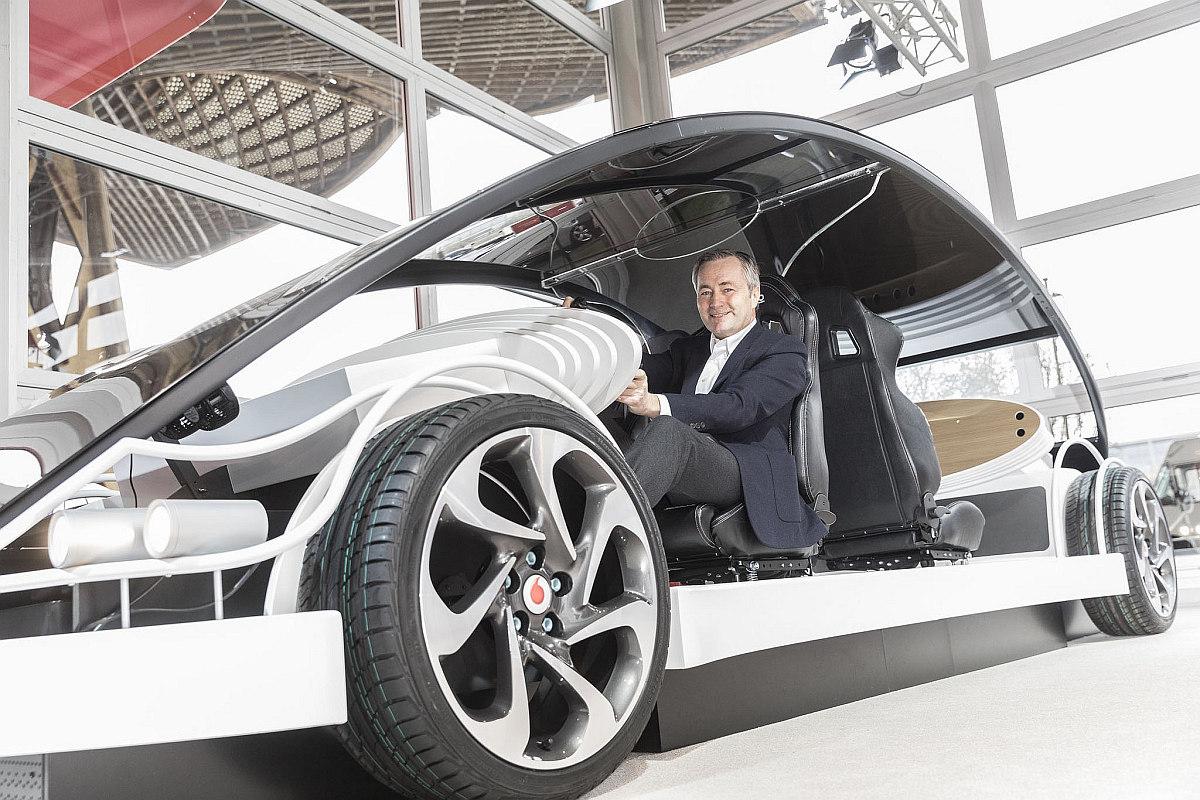 Vodafone CEO Hannes Ametsreiter testet auf der CeBIT die Zukunft des Autofahrens. Bild: Vodafone
