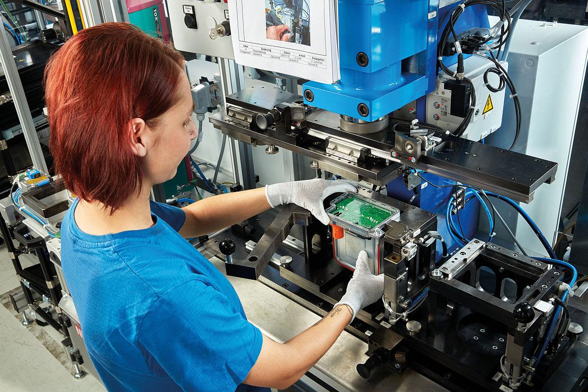 Eberspächer catem – Blick in die Produktion: Elektronik der Hochvolt-Wasserheizer wird montiert.