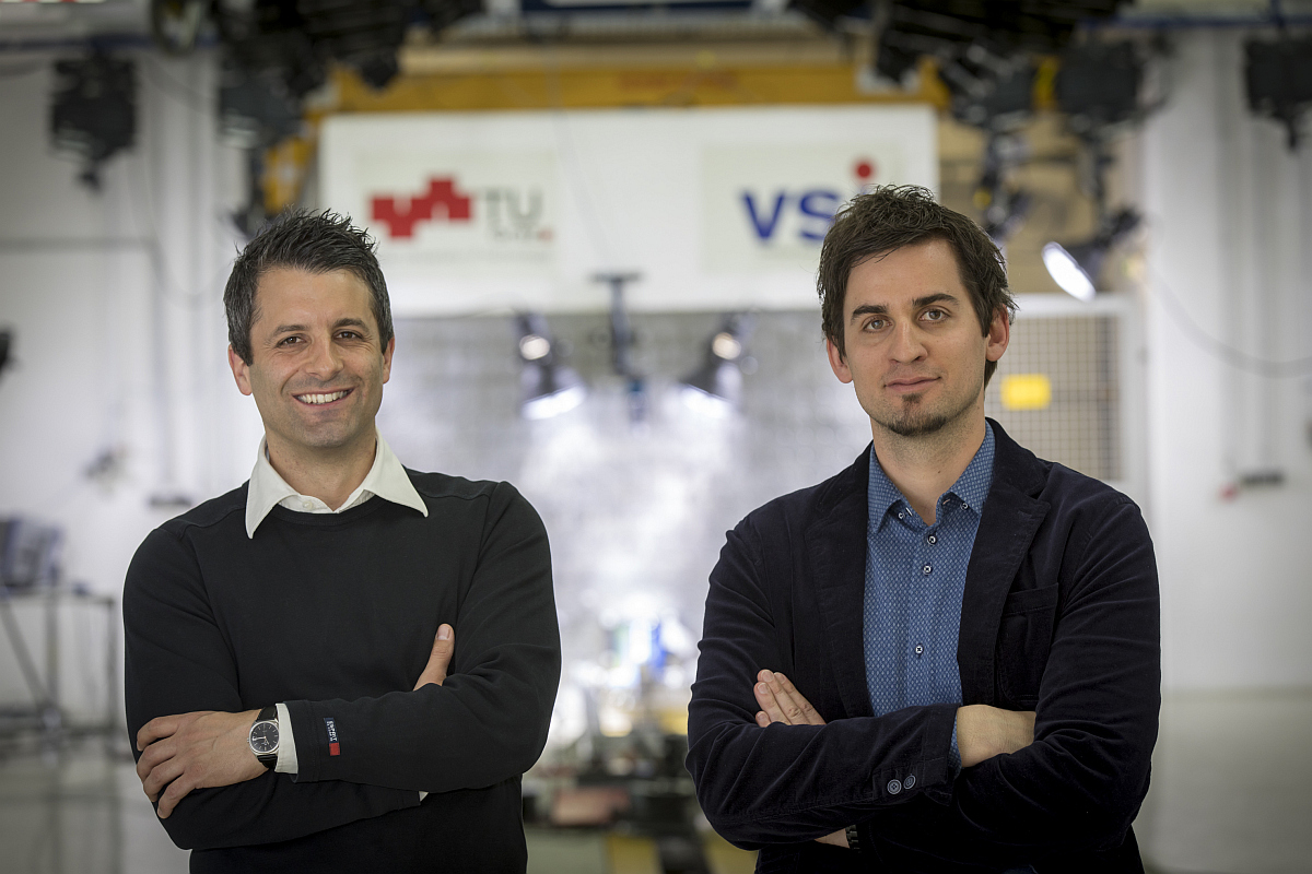 Wolfgang Sinz und Christian Ellersdorfer vor dem eigens entwickelten Prüfstand in der Crashtesthalle des Instituts für Fahrzeugsicherheit (v.l.). Bild: © Lunghammer - TU Graz