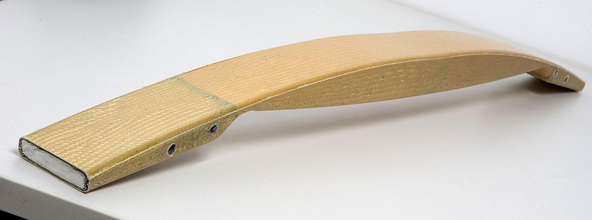 Ein im PulPress-Verfahren hergestelltes Verbundbauteil aus einem von Fasern umflochtenen Strukturschaumkern aus Rohacell. Bild: Evonik