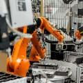 Drei Kuka-Roboter der KR Agilus Serie legen die Bauteile präzise in die Spritzgussmaschine ein. Bild: Kuka