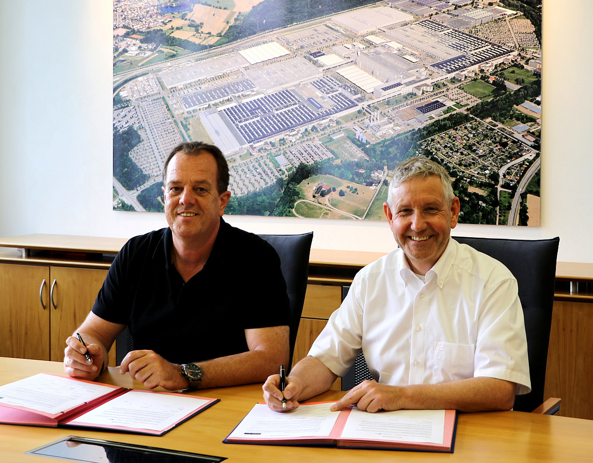 Ullrich Zinnert (Betriebsratsvorsitzender Mercedes-Benz Werk Rastatt, l.) und Thomas Geier (Standortverantwortlicher Mercedes-Benz Werk Rastatt, r.) bei der Unterzeichnung der gemeinsamen Absichtserklärung.