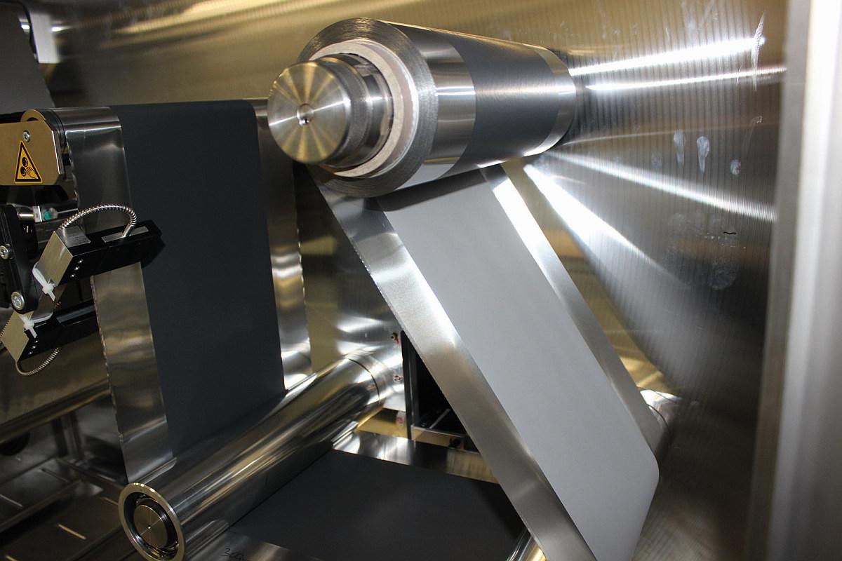 Herstellung der Bipolar-Elektrode im Technikums-Maßstab. Bild: Fraunhofer IKTS