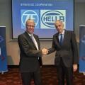 Beschließen strategische Zusammenarbeit der Unternehmen HELLA und ZF: Dr. Stefan Sommer, Vorstandsvorsitzender der ZF Friedrichshafen AG (links) und Dr. Rolf Breidenbach, Vorsitzender der Geschäftsführung der HELLA KGaA Hueck & Co. (rechts)